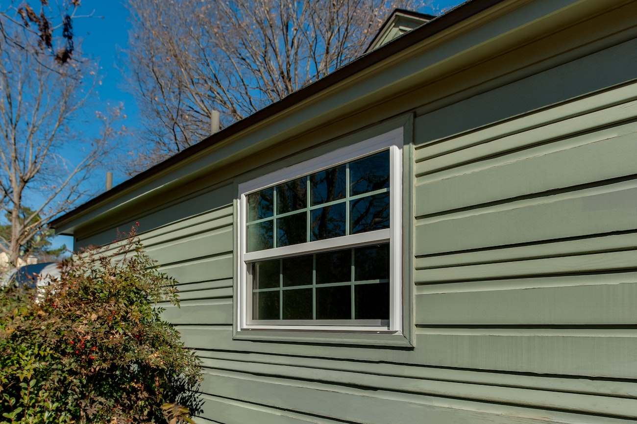 brennan-traditions-single-hung-window-with-green-grids