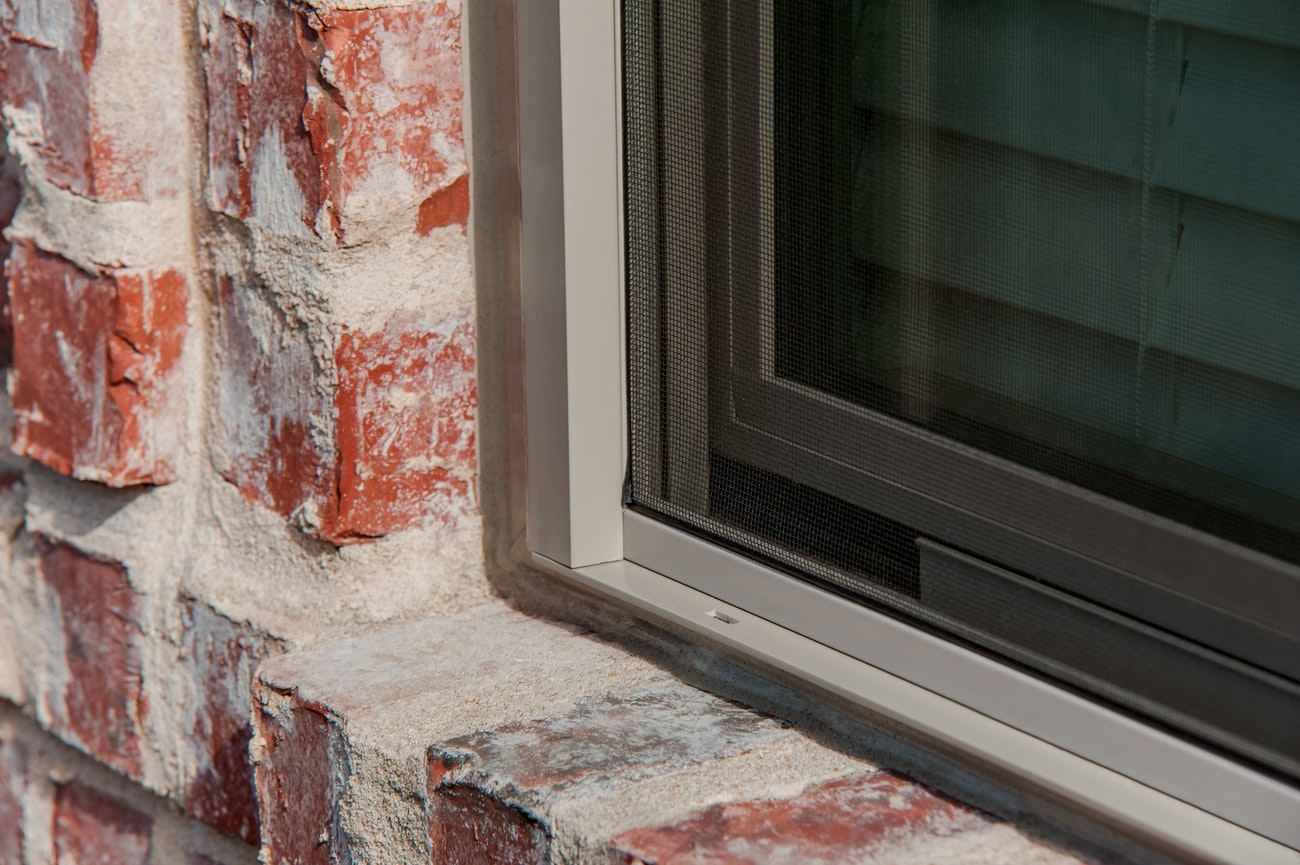 brennan-traditions-single-hung-windows-with-screen-corner-closeup