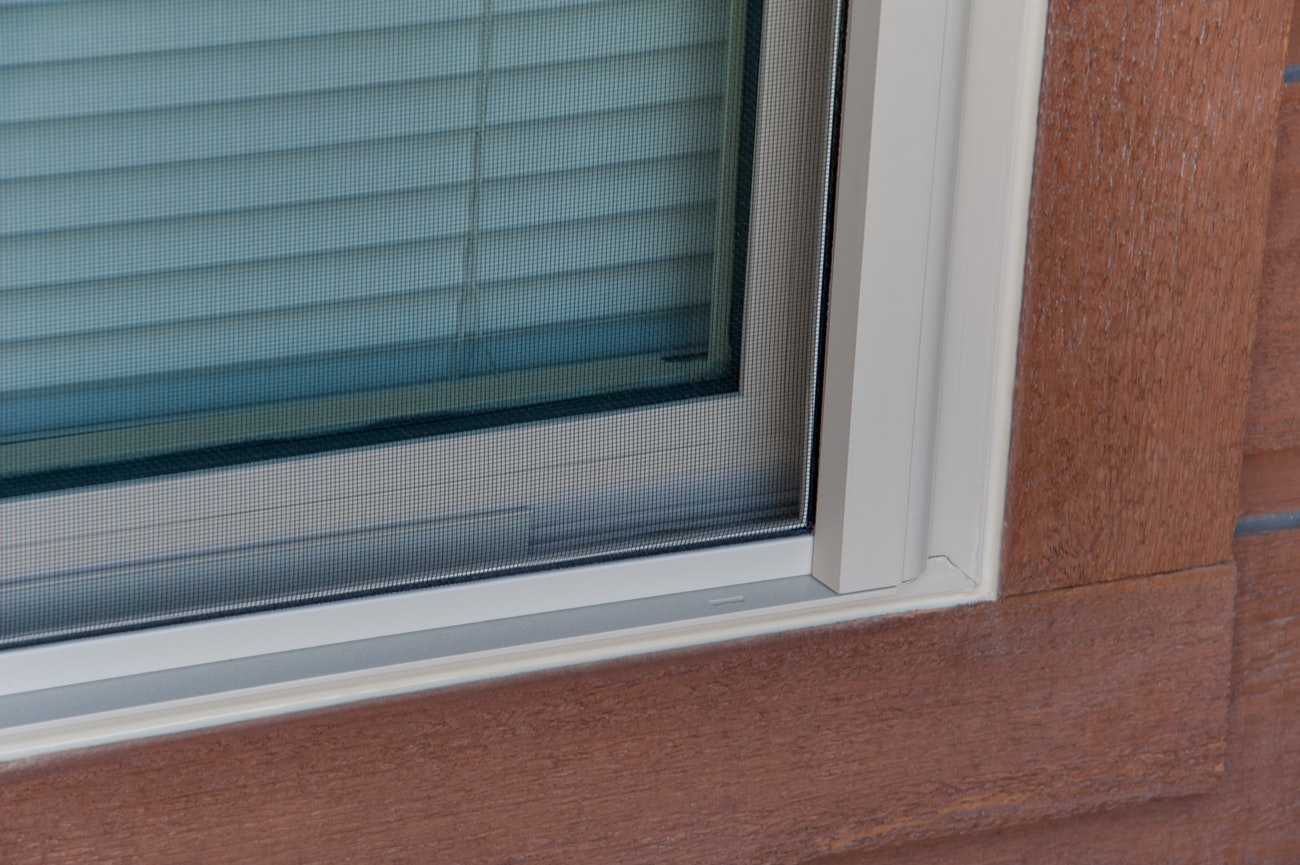 brennan-traditions-single-hung-window-with-screen